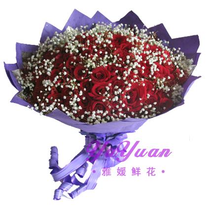 材 料: 33朵红玫瑰,满天星点缀 包 装: 紫色皱纹纸包装,法式蝴蝶结